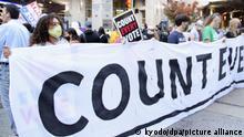 05.11.2020, USA, Philadelphia: Anhänger von Joe Biden, Präsidentschaftskandidat der Demokratischen Partei und ehemalige US-Vizepräsident, halten bei einem Protest ein Banner, das fordert, dass jede Stimme gezählt werden soll. Der republikanische Präsident Trump forderte ein Ende der Auszählung der verspäteten Briefwahlzettel, die sich als zugunsten von Biden erwiesen haben. Foto: ---/kyodo/dpa +++ dpa-Bildfunk +++ |