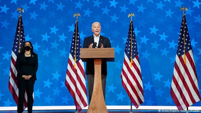 Joe Biden ao microfone ao lado de Kamala Harris