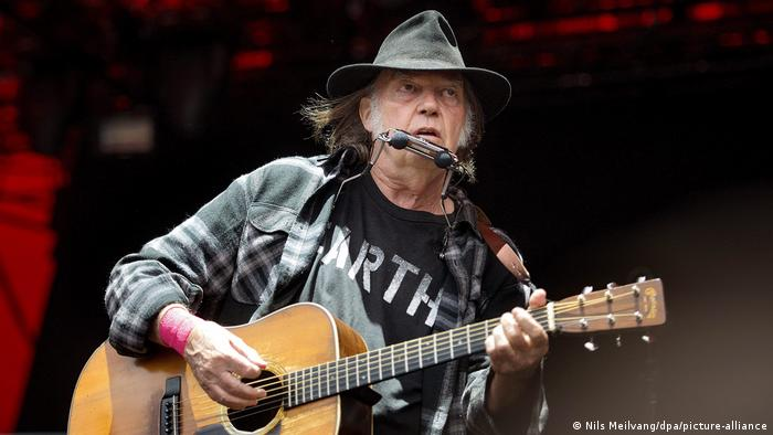 Neil Young on stage in 2016  Neil Young, Rockmusiker