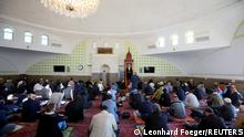 06.11.2020 *** Muslims pray for victims of a gun attack during their Friday prayer in a mosque in Vienna, Austria November 6, 2020. REUTERS/Leonhard Foeger