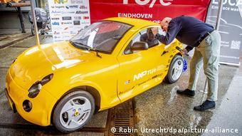 Niederlande TU Eindhoven | Elektroauto aus recyceltem Abfall (Robin Utrecht/dpa/picture-alliance)