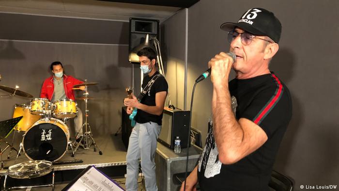 Serge Maestracci cantando com sua banda