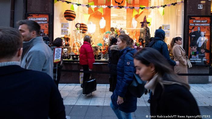 На Хелловін шведам порадили носити маски. Але у Стокгольмі картина на вулицях була ось такою