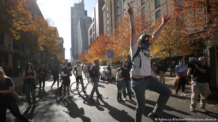 Präsidentschaftswahlen in den USA I Jubel (Rebecca Blackwell/AP/picture alliance)
