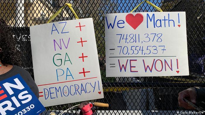 پیش بینی میشود که شمار آرای کل جو بایدن از مرز ۷۵ میلیون نیز بگذرد. چنین پدیدهای در کل تاریخ آمریکا امری بی سابقه است. اینجا در واشنگتن، عدهای از طرفداران بایدن در دفاع از دموکراسی به خیابان آمدهاند.