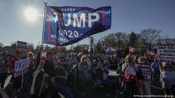 پس از اعلام خبر پیروزی بایدن، شماری از طرفداران ترامپ در اعتراض به نتیجه انتخابات به خیابانها آمدند. اینجا عدهای در میلواکی تظاهرات کرده و از تقلب در انتخابات سخن میگویند.