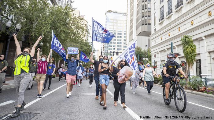 لحظاتی پس از اعلام خبر پیروزی بایدن، مردم آمریکا به خیابانها آمدند. عدهای برای برپا کردن جشن پیروزی و عدهای برای اعتراض و مخالفت. اینجا اورلاندو است. طرفداران بایدن به خیابانها آمدهاند.