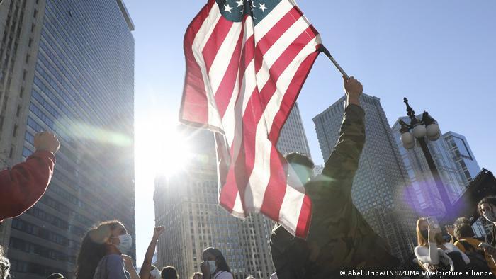 USA Chicago | Menschen feiern den Wahlsieg von Joe Biden (Abel Uribe/TNS/ZUMA Wire/picture alliance)