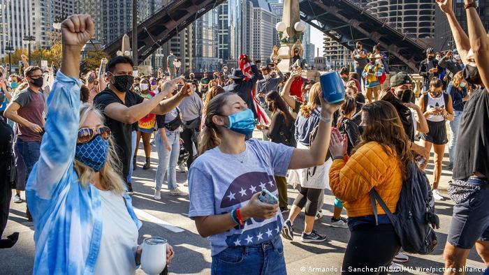 دموکراتها در تقریبا همه شهرهای بزرگ آمریکا اکثریت را از آن خود کردهاند. اینجا در شیکاگو نیز، عدهای از طرفداران بایدن و هریس به خیابانها آمده و پیروزی بر دونالد ترامپ را جشن گرفتهاند.