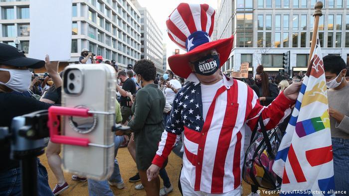 USA Washington | Menschen feiern den Wahlsieg von Joe Biden (Yegor Aleyev/TASS/picture alliance)