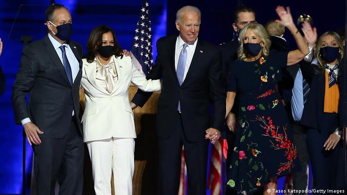 Democratas Joe Biden (c.) e Kamala Harris (esq.) comemoram vitória em Wilmington , Delaware