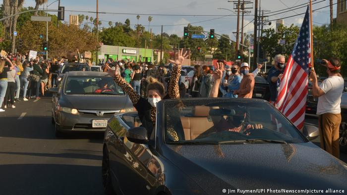 USA Los Angeles   Menschen feiern den Wahlsieg von Joe Biden und Kamala Harris
