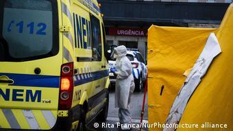 Машина скорой помощи рядом с клиникой в португальском Порту