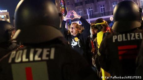 Dvadesetak hiljada ljudi protestovalo je u subotu u Lajpcigu protiv mera Vlade za suzbijanje pandemije. Demonstracije su bile uredno prijavljene i odobrene, ali su gradske vlasti odlučile da raspuste skup jer mnogi demonstranti nisu nosili propisane maske niti držali odstojanje. Tada je situacija eskalirala, zabeležene su desetine napada na policiju i novinare, ima i uhapšenih.