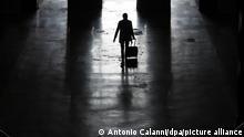 dpatopbilder - 07.11.2020*** Italien, Mailand: Die Silhouette eines Mannes mit Koffer, der am Mailänder Hauptbahnhof entlanggeht. Landesweit sind verschärfte Corona-Schutzvorschriften in Kraft getreten. Die Regierung hat eine nächtliche Ausgangssperre verhängt und in vier Regionen trat ein Teil-Lockdown in Kraft, der rund um die Uhr gilt. Foto: Antonio Calanni/AP/dpa +++ dpa-Bildfunk +++ |