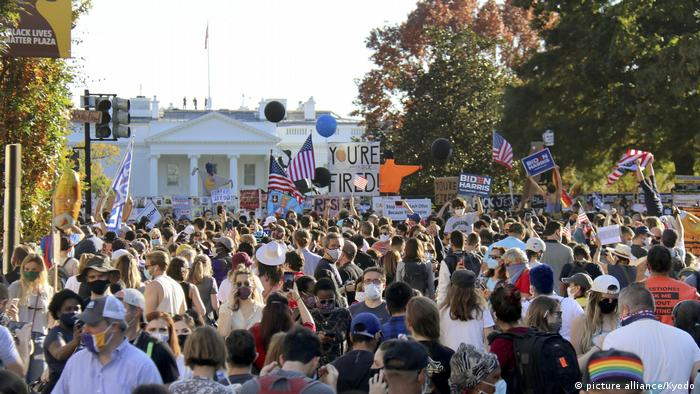 Crowds celebrate the Biden-Harris electoral victory in front of the White House (picture alliance/Kyodo)