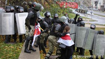Силовики со щитами и задержание девушки с бело-красно-белым флагом в Минске