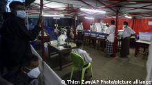 Helfer zählen am Abend des 8. November 2020 in einem Wahllokal in Yangon die Stimmen aus
