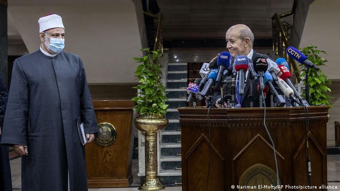 Le Drian bei der Pressekonferenz mit Scheich al-Tayyib