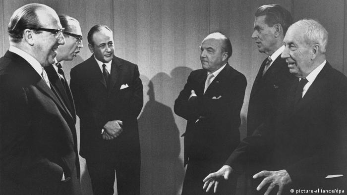 Пауль Целан (третій ліворуч)