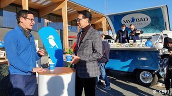 Dubes RI untuk Jerman, Arif Havas Oegrosen hadiri promosi kopi Indoneisa di area parkir swalayan
