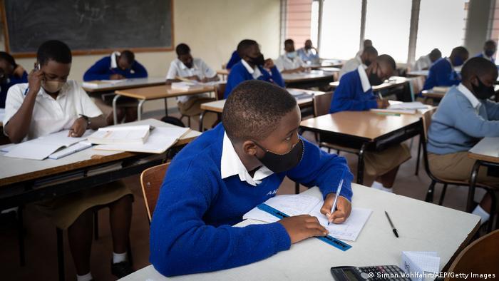 La pandémie de Covid-19 a aussi changé les habitudes dans les écoles publiques et privées en Afrique.