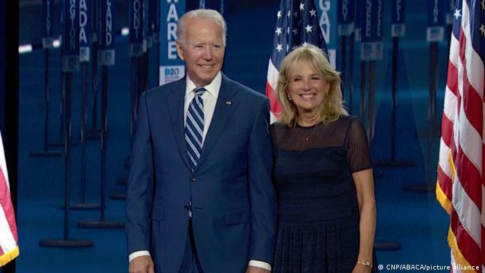 جیل بایدن در کنار همسرش جو بایدن در ماه اوت سال ۲۰۲۰ در تب و تاب کارزار انتخاباتی دموکراتها.