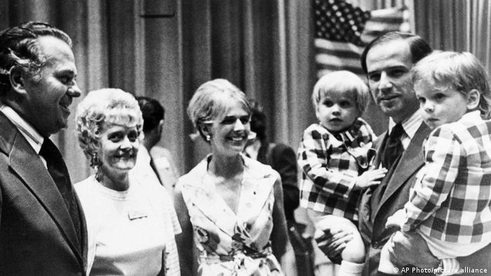 جو بایدن در سال ۱۹۷۲ در کنار همسر اول و دو پسرش