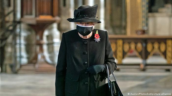 Queen Elizabeth mit Maske