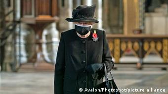 Елизавета II в маске