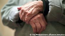 Symbolbild Rentner Einsamkeit Armut lonely heart