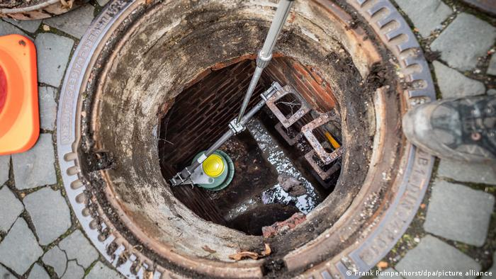 Установка так называемого крысиного бокса в канализационной шахте в одном из городов земли Гессен
