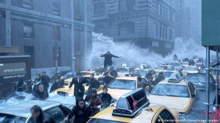 In einer Szene des Films The Day After Tomorrow strömt eine Flutwelle durch die mit Autos und Menschen überfüllten Straßen.