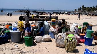 Mosambik Pemba   Geflüchtete Menschen   Paquitequete Strand