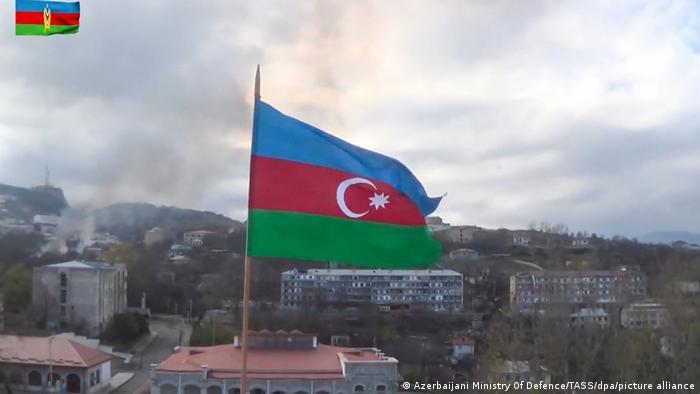 Азербайджанский флаг на доме в Шуше