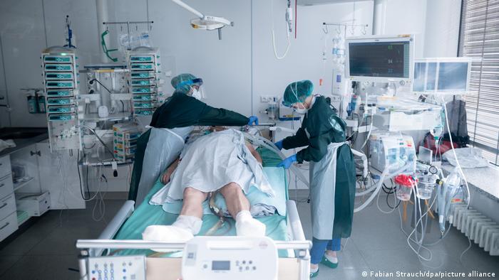 Больной COVID-19 в отделении интенсивной терапии в немецкой больнице