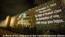09.11.2020, Israel, Jerusalem: Botschaften und Bilder von Synagogen sind am Abend auf die Altstadtmauern projiziert. Mit den Texten wurde der Opfer der Pogromnacht von 1938 inDeutschland gedacht. Foto: --/March of the Living & Oren Ben Hakoon/dpa +++ dpa-Bildfunk +++ |