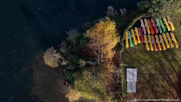 Šarene pedoline i čamci uredno su složeni pored jezera Hengštajze u Hagenu, na zapadu Nemačke. Dobro se uklapaju sa bojama jeseni.