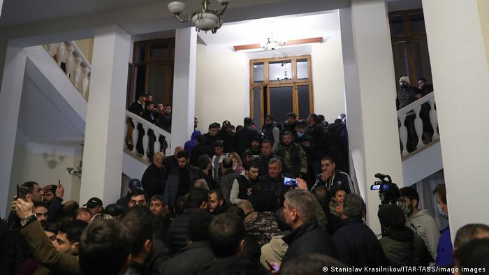 Armênios invadem residência do primeiro-ministro do país para protestar contra o acordo de paz