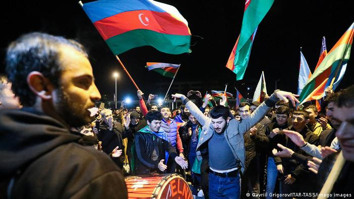 Ликуващи хора в Азербайджан след постигнатото примирие