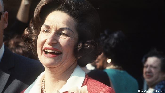 کلاودیا لیدی برد جانسون همسر لیندون بینز جانسون، سی و ششمین رئیسجمهور ایالات متحده و بانوی اول ایالات متحده در بین سالهای ۱۹۶۳ تا ۱۹۶۹ بود. او در رشتههای هنر و روزنامهنگاری تحصیل کرد. کلاودیا جانسون در سالهای فعالیتاش به عنوان بانوی اول آمریکا به ویژه به مسایل زیستمحیطی توجه زیادی داشت. او در ژوئیه ۲۰۰۷ درگذشت.