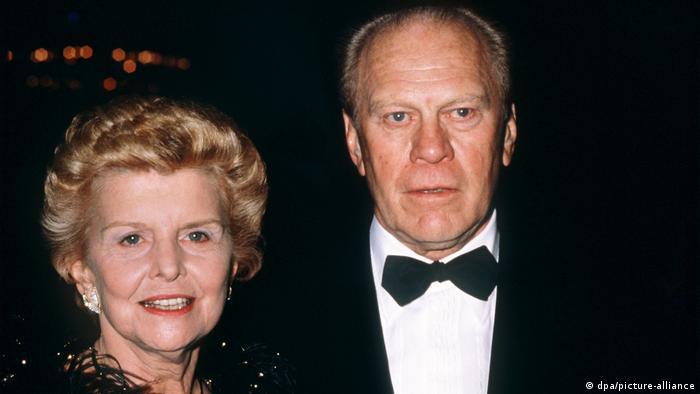 تصویری از بتی فورد در کنار همسرش، جرالد فورد در سال ۱۹۸۷ میلادی.
