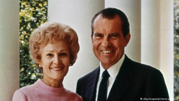 تصویری از پت نیکسون در کنار همسرش ریچارد نیکسون در کاخ سفید در اوایل دهه هفتاد میلادی.