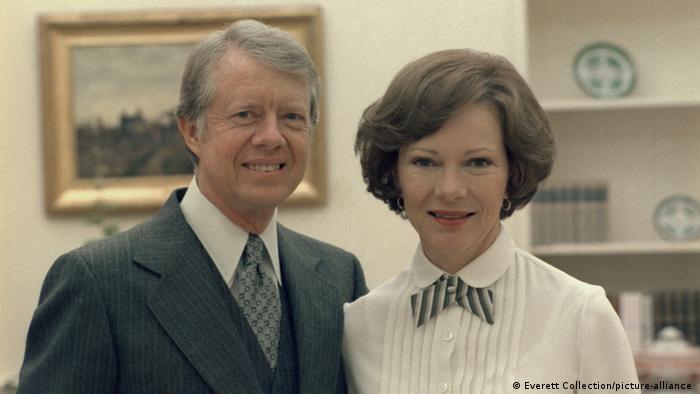 تصویری از روزالین کارتر در کنار همسرش جیمی کارتر در اواخر دهه هفتاد میلادی در کاخ سفید.
