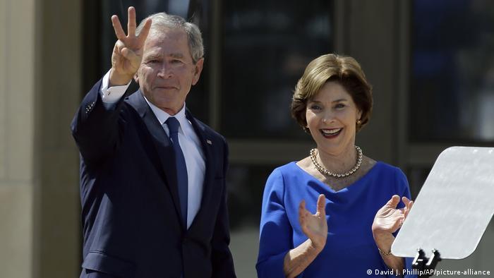 تصویری از لورا بوش در کنار همسرش جرج دبلیو بوش در آوریل سال ۲۰۱۳ میلادی.