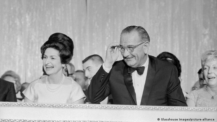 تصویری از کلاودیا جانسون و همسرش لیندون جانسون در سال ۱۹۶۵ میلادی.