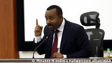 ADDIS ABABA, ETHIOPIA 'Äì SEPTEMBER 14: Ethiopian Prime Minster Abiy Ahmed speaks in a meeting in Addis Ababa, Ethiopia on September 14, 2020. Prime Minister Abiy Ahmed, who unveiled new currency notes, claimed the step will combat hoarding, counterfeiting, corruption, and other ills afflicting the economy. The banks have been asked to start immediately issuing new notes. Minasse Wondimu Hailu / Anadolu Agency | Keine Weitergabe an Wiederverkäufer.