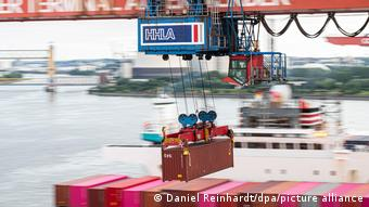 Кран с контейнером в Гамбургском порту