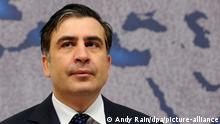 ARCHIV- Bei der ersten Parlamentssitzung in Georgien nach dem Sieg der Opposition hat sich Präsident Michail Saakaschwili (Foto vom 17.02.2010) demonstrativ um Einigkeit mit seinen Gegnern bemüht. «Jetzt ist keine Zeit für Ärger, Rache und Bitterkeit. Jetzt ist es an der Zeit für gemeinsame Diskussionen», sagte Saakaschwili am Sonntag (21.10.2012) in der Stadt Kutaissi. «Wir sollten gemeinsam den Weg unseres Landes in Richtung EU und Nato fortsetzen», forderte der Staatschef. Foto: epa (zu dpa-Meldung vom 21.10.2012) +++(c) dpa - Bildfunk+++ |