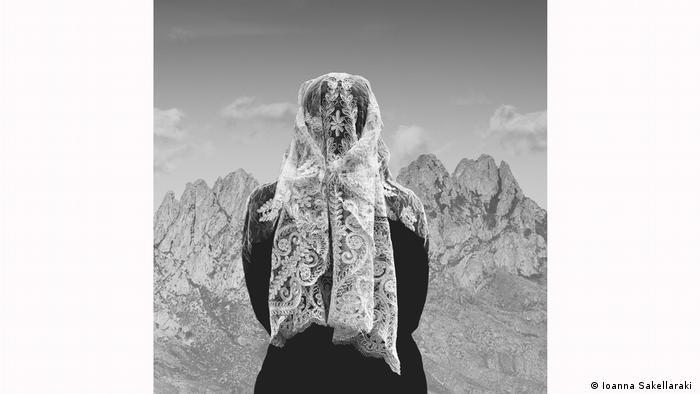 Kerudung berenda yang dikenakan seorang moirolog di Yunani